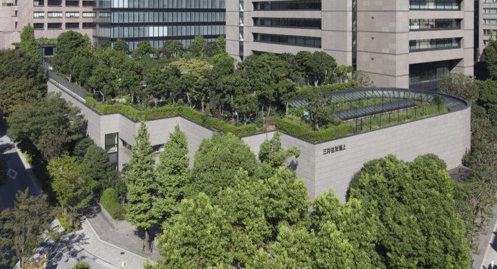 三井住友海上駿河台ビルは、都市部のグリーンレジリエンス機能を備えています。